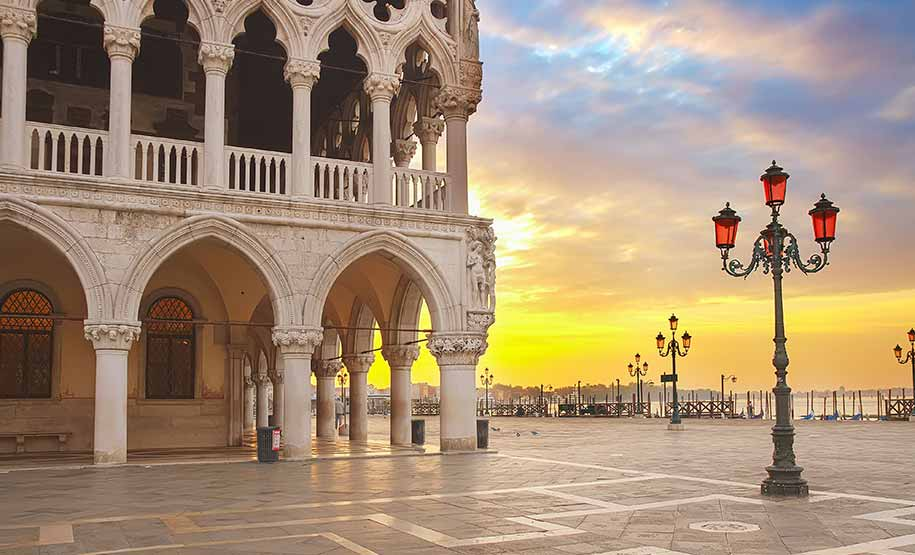 Doge's Palace tour in Venince